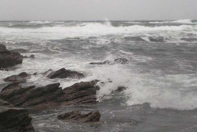 暴風雨の毘沙門の磯